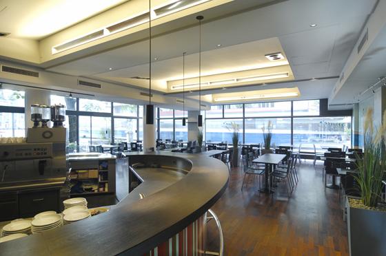 Umbau und Neugestaltung Innenarchitektur Restaurant Bar Bistro San Marco Zürich Tessinerplatz. Die indirekte Belichtung wurde über eine Shed-Dach ähnliche Deckenform gelöst.