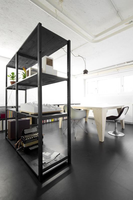 Umbau und Neugestaltung Renovation Büro Atelier nijo architekten. Dieser Umbau ist Innenarchitektur. Der Tisch ist aus Kisten Sperrholz gefertigt, eine Eigenproduktion von nijo architekten. Das Lichtkonzept ist auf unsere Arbeitsbedürfnisse abgestimmt.