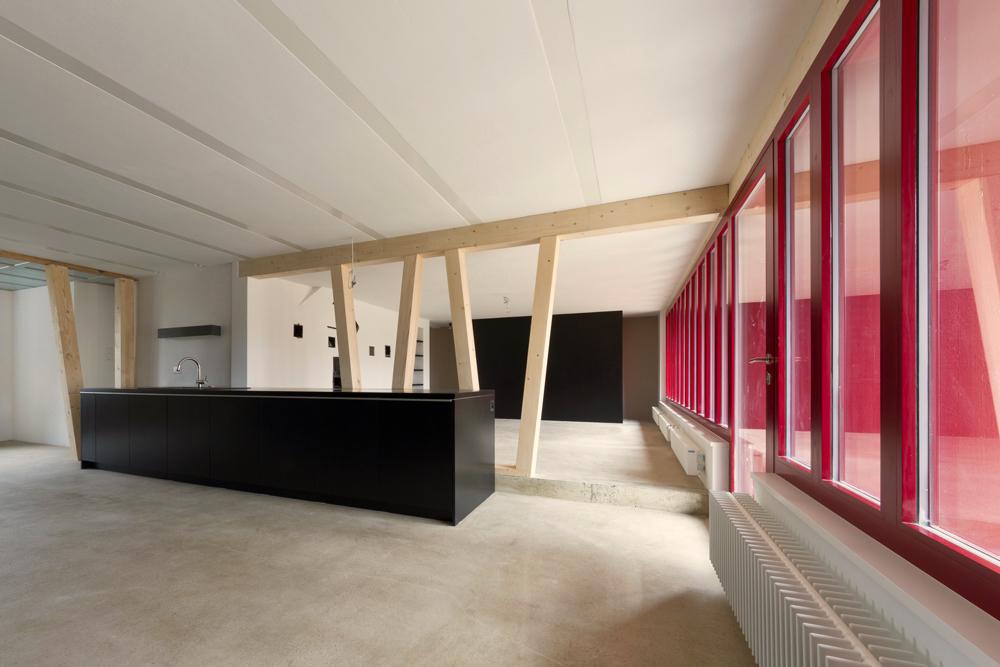 Die neue Küche im ehemaligen Tenn. Die Holzstützen sind V-förmig gesetzt und dienen auch der horizontal-Aussteifung.