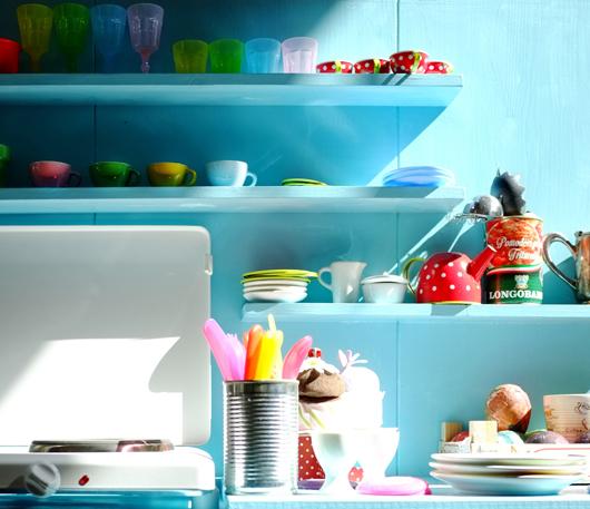 Die Spielküche ist aus Tannenholz gefertigt und hellblau lackiert. Sie hat eine echte funktionierende Doppelkochplatte und fliessendes Wasser.