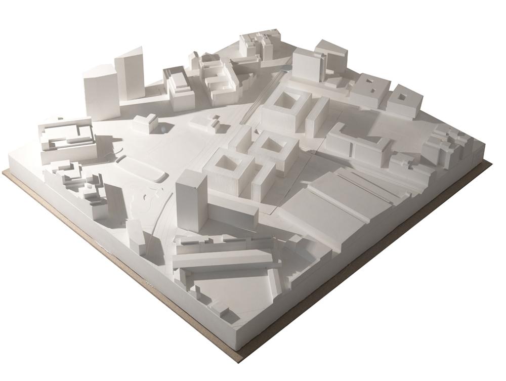 Das Gipsmodell des Wettbewerbes Wohnen in Leutschenbach. In der Mitte der Überbauung läuft der Riedgraben durch. Im Vordergrund der bereits gebaute Leutschentower, im Hintergrund das Fernsehstudio Leutschenbach.