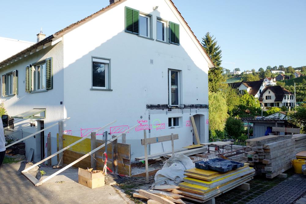 Baustellenfoto das Fundament für die Hausverlängerung ist gegossen, die Schalung für den Betonsockel wird errichtet. Die Giebelfassade wird nach Fertigstellung Betonsockel abgebrochen.