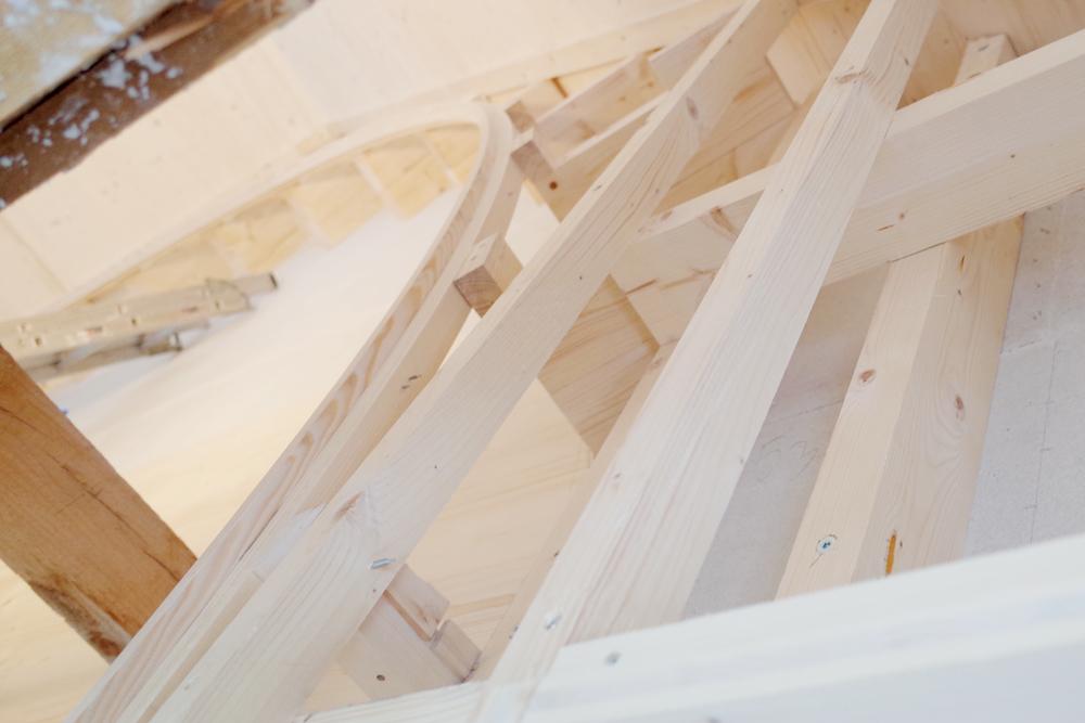 Detailfoto Holzkonstruktion für die Bogenwand. Die Bogenwand wird komplett in Fichtenholz getäfert.