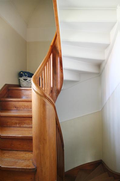 Foto historische und originale gewendelte Holztreppe. Die Treppe ist sehr schön gearbeitet und in einem guten Zustand.