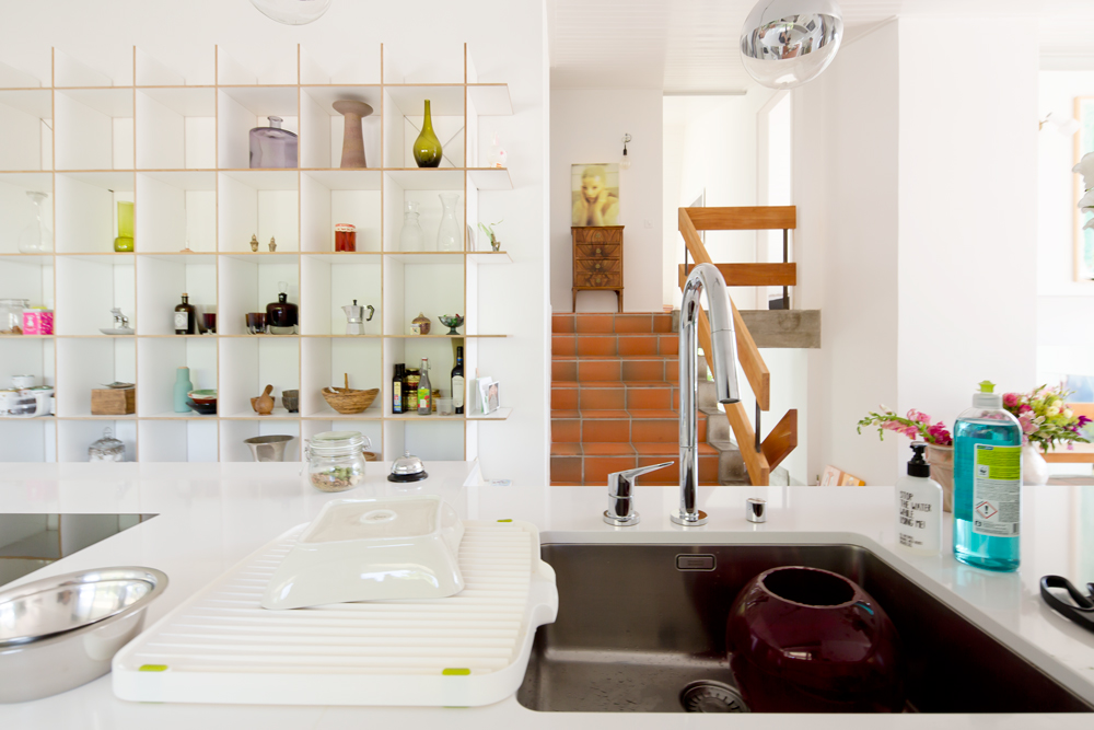 Die neue Küche ist eine freistehende Küchenzeile. Sie verbindet den neu geöffneten Raum und überlagert die drei ehemaligen Zonen Küche/Treppe/Essplatz. Von der Küchenzeile aus kann man in den Raum schauen und hat ein Gespür für das gesamte Haus, also auch die untere Wohnebene und die obere Schlafzimmerebene. /// Umbau 60er Jahre Haus Split-Level Watt Regensdorf nijo architekten Zürich Nina und Johannes Wick
