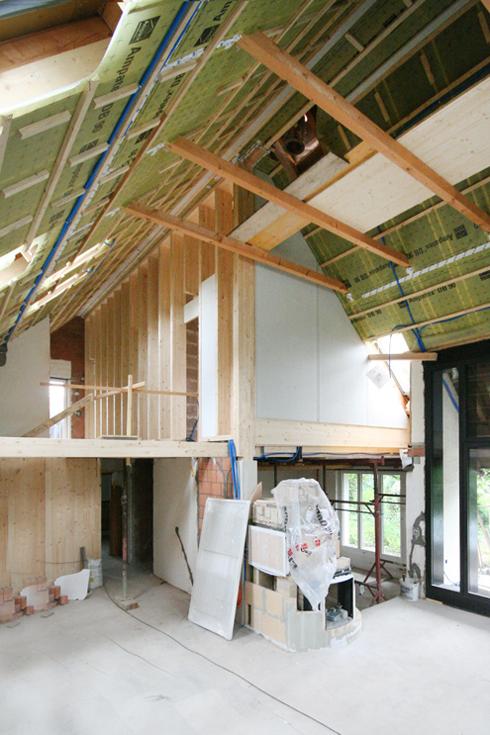 Umbau Entkernung Holzbau 80er Jahre Einfamilienhaus Wiesendangen. Der Wohnraum wird ein über zwei Geschosse offener Raum mit Speicherofen.