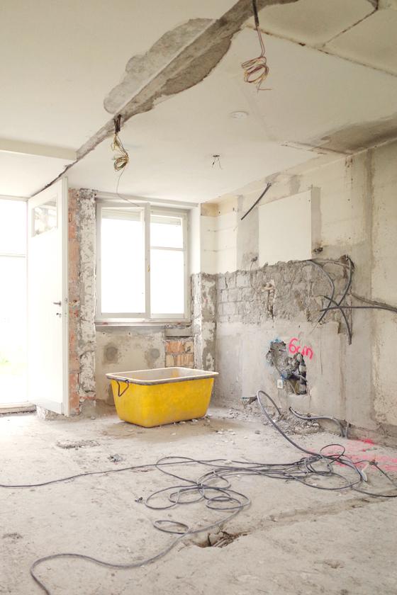 Umbau 50er Jahre Doppelhaushälfte Zürich Wollishofen. Inventarobjekt Denkmalpflege. Baustellenfoto Erdgeschoss. Schadstoffmessungen haben ergeben, dass Asbest und PCB verbaut worden sind. Dies zog eine relativ aufwändige Schadstoffsanierung mit sich. Das Haus ist zudem schalltechnisch eher schlecht gebaut worden, die Bodenplatten sind zwischen den Haushälften nicht getrennt. Daher werden die Böden ab roher Betonplatte neu aufgebaut mit bestmöglichem Trittschallschutz. Neu werden im ganzen Haus Anhydrit-Böden gegossen und farblos geölt. Das alte schöne Küchenfenster mit Lüftungsklappe bleibt erhalten. nijo architekten Zürich, Nina und Johannes Wick