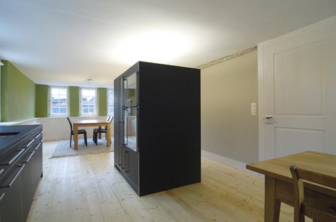 Umbau Renovation denkmalgeschütztes Haus, Inventarobjekt Denkmalpflege. Die neue Küche ist ein Kubus im ehemaligen Stall.