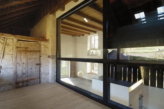 Die neue grosse Verglasung / Fenster in der ehemaligen Scheune und Wagnerei. Der Stahlrahmen des Fensters ist ein statisches Element und dient zur Lastabtragung der Dachlasten.