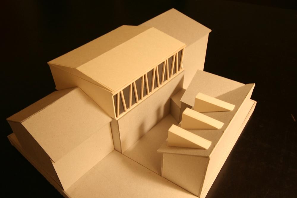Modellfoto Aufstockung mit flach geneigtem Satteldach und schrägen Holzstreben. Holzbau Elementbau.